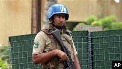 联合国军人在瓦塔拉总部外站岗