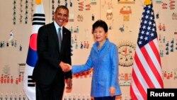 美國總統奧巴馬抵達首爾(右)和南韓總統朴槿惠會面。