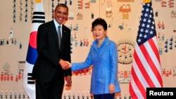 ປະທານາທິບໍດີ ສຫລ ທ່ານບາຣັກ ໂອບາມາ (ຊ້າຍ) ແລະປະທານາທິບໍດີເກົາຫຼີໃຕ້ ທ່ານນາງ Park Geun-hye ຖ່າຍຮູບຮ່ວມນຳກັນ ລະຫວ່າງການພົບປະ ທີ່ທຳນຽບສີຟ້າ (25 ເມສາ 2014)