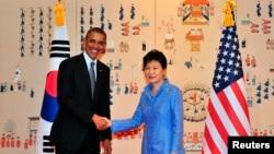 Presiden Amerika Serikat Barack Obama (kiri) dan Presiden Korea Selatan Park Geun-hye di Gedung Biru, kantor Kepresidenan Korea Selatan di Seoul (25/4).