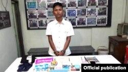 ျပစ္မႈက်ဴးလြန္သူဟု သံသယရွိသူ မ်ဳိးေဇာ္ဦးႏွင့္ သိမ္းဆည္းရမိသည့္ သက္ေသခံပစၥည္းမ်ား (ဓါတ္ပံု- Yangon Police facebook)