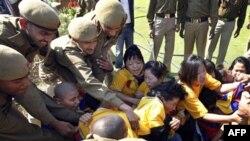 Người Tây Tạng lưu vong đụng độ với cảnh sát Ấn Ðộ bên ngoài Đại sứ quán Trung Quốc tại New Delhi, ngày 9/3/2011