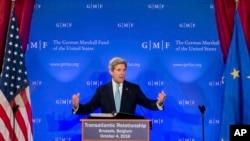 លោករដ្ឋមន្រ្តីការបរទេសអាមេរិក John Kerry ថ្លែងពីអនាគតនៃ «ទំនាក់ទំនងឆ្លងមហាសមុទ្រអាត្លង់ទិច ក្នុងព្រឹត្តិការណ៍មួយក្នុងក្រុងប្រ៊ុចសែល កាលពីថ្ងៃទី៤ ខែតុលា ឆ្នាំ២០១៦។