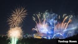 지난 3일 광주 유니버시아드 주경기장에서 열린 2015 광주하계유니버시아드대회 개막식에서 폭죽이 터지고 있다.