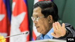 """FILE - Prime Minister Hun Sen addresses environmental activists during the first national forum on """"Protection and Conservation of Natural Resources,"""" on Monday, August 22, 2016 at Peace Palace in Phnom Penh. (Leng Len/VOA Khmer)"""