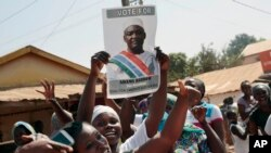 Des Gambiens jubilent dans les rues après l'annonce des résultats provisoires donnant vainqueur le candidat de la coalition de l'opposition Adama Barrow devant le président sortant Yahya Jammeh Serrekunda, Gambie, 2 décembre 2016