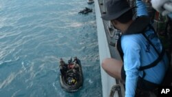 """Ronici se pripremaju za potragu za delovima aviona """"Er Azije"""" koji se srušio u Javansko more"""