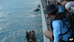 9일 인도네시아 자바해에서 해군 잠수부가 추락한 여객기 꼬리를 건져올리기 위한 준비를 하고 있다.
