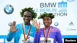 Eliud Kipchoge, à gauche et Cherono lors de leur victoire au marathon de Berlin, Allemagne, le 27 septembre 2015.