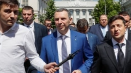 Presiden Ukraina Volodymyr Zelenskiy (kanan) bersama Serhiy Shefir (tengah), salah seorang pembantunya dan pengwalnya di Kyiv, Ukraina (foto: dok).