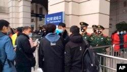 2020年1月23日武汉市汉口火车站关闭之前不久安全人员检查旅客。