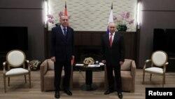 블라디미르 푸틴(오른쪽) 러시아 대통령과 레제프 타이이프 에르도안 터키 대통령이 29일 러시아 소치에서 회담에 앞서 기념사진을 찍고 있다.