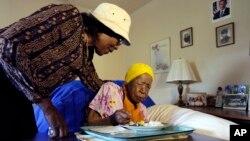 세계 최고령자인 수재너 존스 할머니가 12일 밤 미국 뉴욕에서 사망했다. 존스 할머니가 지난해 6월 뉴욕 브룩클린의 자택에서 조카의 도움을 받아 아침식사를 하고 있다.