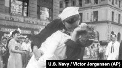 ARSIP - Foto seorang pelaut dan seorang wanita yang berciuman yang diambil tanggal 14 Agustus 1945 oleh fotografer AL AS, Victor Jorgensen, pada saat yang sama dengan foto yang diambil oleh Alfred Eisenstaedt yang dipublikasikan di majalah Life (foto: Victor Jorgensen/AL AS, Ars