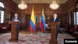 En un acto protocolar, el nuevo Embajador de Venezuela en Colombia, entrególas copias de las cartas credenciales que lo acreditan como miembro diplomático. FOTO: Cortesía Cancillería Colombia.