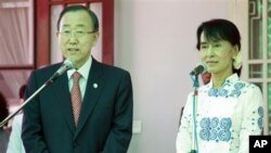 Sekjen PBB Ban Ki-moon (kiri) berbicara kepada media usai pertemuan dengan pemimpin pro-demokrasi Burma Aung San Suu-Kyi di kediamannya di Yangon (Rangun), Burma (1/5).