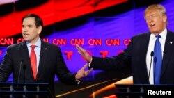 د جمهوري ریاست کاندیدان ډانلډ ټرمپ او مارکو روبیو، د ټکساس د ایالت په هیوسټن کې، د فبروري د شپاړسمې په مناظره کې همزمان خبرې کوي