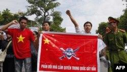Biểu tình phản đối Trung Quốc về vấn đề Biển Ðông, ở Hà Nội hôm 3/7/11 lần thứ 5 trong 5 Chủ nhật liên tiếp