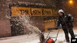 눈덮인 상가 앞 눈을 치우는 뉴욕 주민의 모습