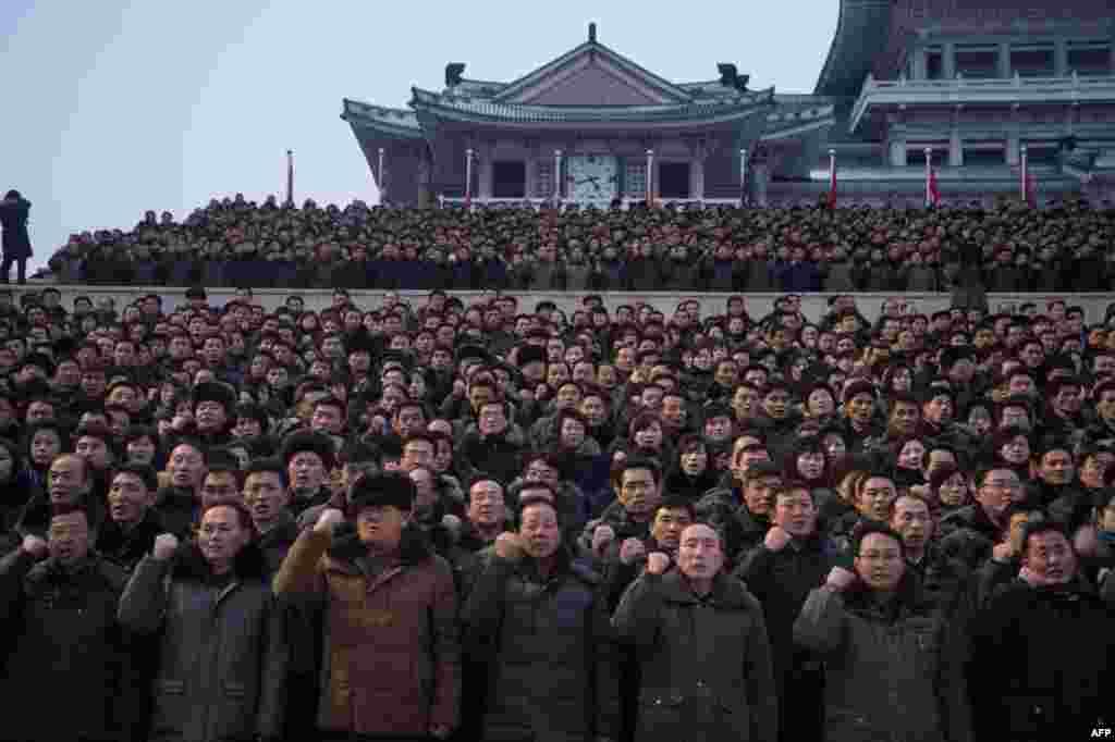 អ្នកចូលរួមក្នុងការប្រមូលផ្ដុំគ្នាដើម្បីគាំទ្រដល់សេចក្តីថ្លែងការណ៍ឆ្នាំថ្មីរបស់មេដឹកនាំកូរ៉េខាងជើង គឹម ជុងអ៊ុន នៅទីលាន Kim Il-Sung ក្នុងទីក្រុងព្យុងយ៉ាង។