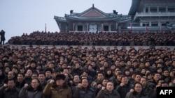 Para peserta mengikuti demonstrasi massal untuk mendukung pidato tahun baru yang disampaikan oleh pemimpin Korea Utara Kim Jong-un di lapangan Kim Il-Sung, Pyongyang, 4 Januari 2018. (Foto: dok).