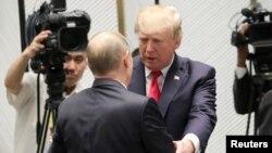 Presiden AS Donald Trump bertemu Presiden Rusia Vladimir Putin di sela KTT APEC di Danang, Vietnam, Sabtu (11/11).