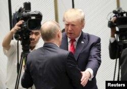 ABŞ prezidenti Donald Tramp ilə Rusiya prezidenti Vladimir Putin
