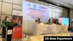 ພິທີປິດໂຄງການ ແມ່ນເປັນປະທານໂດຍທ່ານໄມໂຄ ຣອນນິ່ງ ຜູ້ຕາງໜ້າອົງການ USAID ປະຈຳລາວ (ທີ 2 ຈາກຊ້າຍ) ແລະ ທ່ານ ດຣ. ພອນປະເສີດ ອຸນາພົມຫົວໜ້າກົມອະນາໄມ ແລະສົ່ງເສີມສຸຂະພາບກະຊວງສາທາລະນະສຸກ.