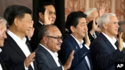 Desde la izquierda, el presidente chino, Xi Jinping, el primer ministro de Papúa Nueva Guinea, Peter O'Neill, el primer ministro japonés, Shinzo Abe, y el vicepresidente de Estados Unidos, Mike Pence, posan para una foto de grupo de APEC en Port Moresby, Papúa Nueva Guinea.
