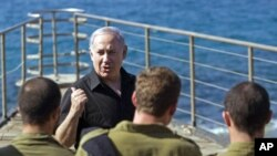 Israel's Prime Minister Benjamin Netanyahu stands with naval commandos during his visit to the Atlit naval base near the northern city of Haifa, October 26, 2010 (file photo)