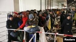 难民们在位于德国柏林的卫生和社会事务部(LAGESI)门口排队,等待注册(资料照片)