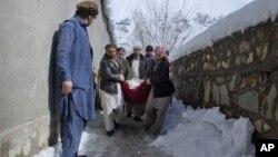 아프가니스탄 카불 북부 판지시르 주에서도 폭설로 많은 희생자가 발생했다. 주민들이 희생자들의 시신을 옮기고 있다.