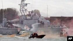 Hình tư liệu - Các nhà hoạt động đối đầu với cảnh sát trong một cuộc biểu tình yêu cầu chuyển hướng các tàu du lịch ra khỏi trung tâm lịch sử của Venice, ngày 8 tháng 3 năm 2016.