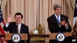 Ngoại trưởng MỹJohn Kerry và Chủ tịch nước Trương Tấn Sang trong bữa tiệc trưa tại Bộ Ngoại giao ở Washington, ngày 24/7/2013.