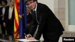 Presiden Catalonia Carles Puigdemont menandatangani deklarasi kemerdekaan di Parlemen Wilayah Catalan di Barcelona, Spanyol, 10 Oktober 2017.