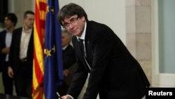 El presidente catalán Carles Puigdemont firmó una declaración de independencia en el Parlamento regional en Barcelona el 10 de octubre de 2017, pero después pidió una postergación.