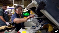 Maria Contrero, de Boston, Massachusetts, trabaja en la planta de ensamblaje de calzado deportivo New Balance Atheltic.