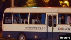 美國氣候特使約翰·克里一行乘坐麵包車抵達上海的下榻酒店。 (2021年4月14日)