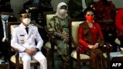 Gibran Rakabuming Raka (kiri), putra Presiden Indonesia Joko Widodo, didampingi istrinya Selvi Ananda (kanan), saat dilantik secara daring sebagai Wali Kota Solo, 26 Februari 2021. (Foto: Anwar Mustafa / AFP)