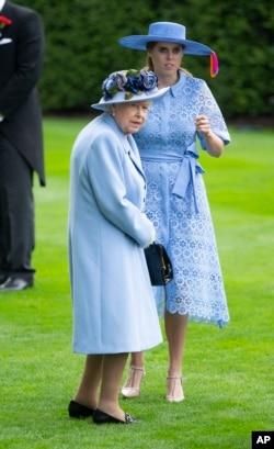 پرنسس بئاتریس در کنار مادربزرگش ملکه الیزابت