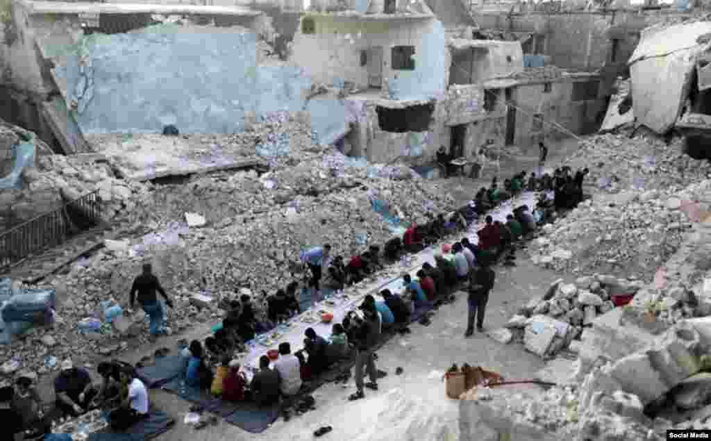 افطاری در خرابه های شهر الاتارب سوریه