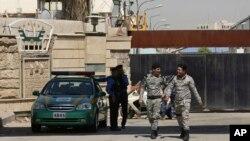 Pasukan keamanan Irak menjaga gerbang utama Pameran Internasional Baghdad tempat penyimpanan kotak suara menjelang penghitungan ulang di Baghdad, Irak, 9 Juli 2018.