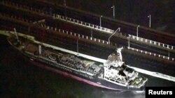 Tàu chở dầu gần 2.600 tấn bị gió bão đẩy va vào cầu nối với sân bay Kansai, Nhật Bản, 4/9/2018
