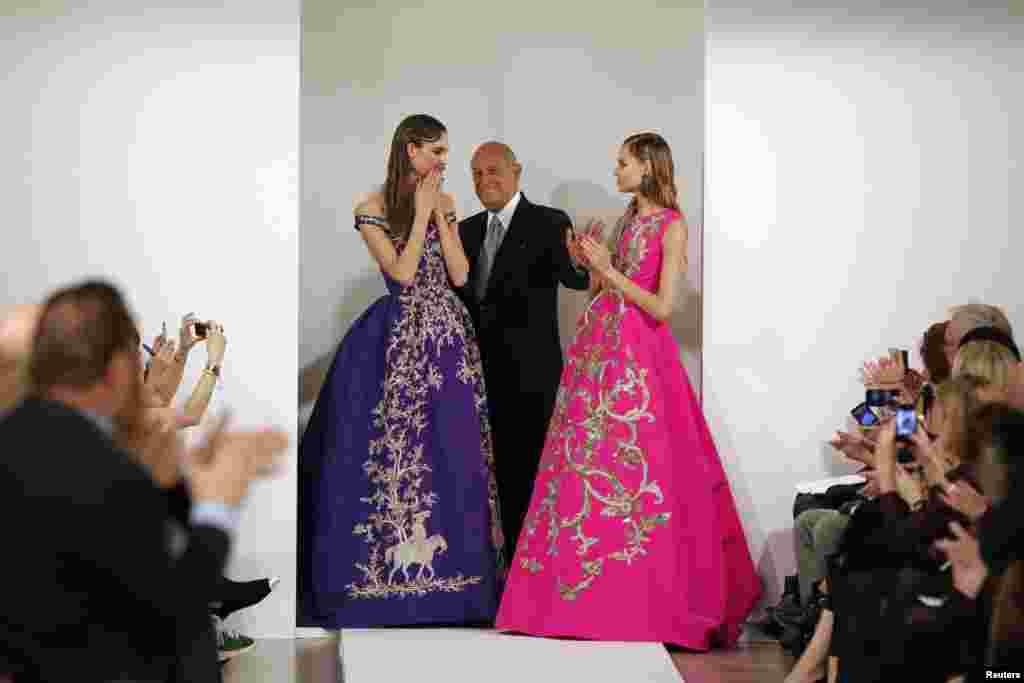 اسکار دلا رنتا (وسط) در کنار کارلی کلاس، مانکن (چپ) بعد از ارائه مدلهای لباس پاییز و زمستان در هفته مد نیویورک - ۲۲ بهمن ۱۳۹۱