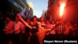 示威者在伊斯坦布爾的塔克西姆中央廣場高喊口號抗議