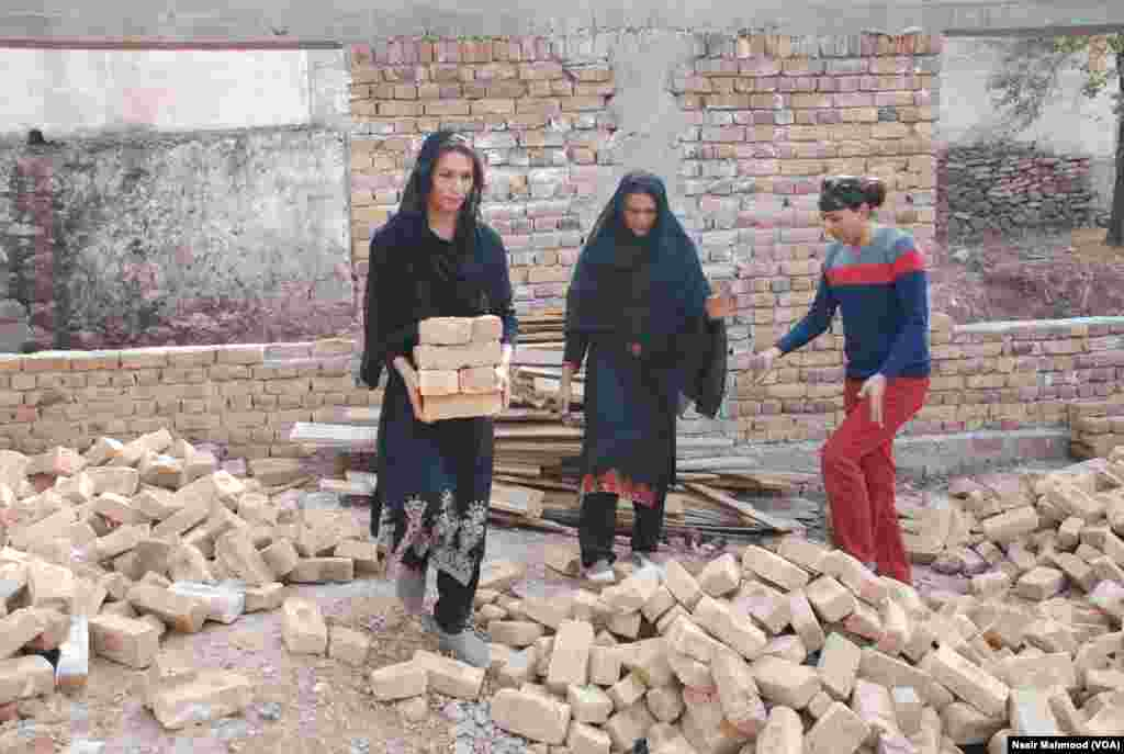 مسجد کی تعمیر کے لیے وسائل جمع کرنے میں انھیں دشواری کا سامنا کرنا پڑ رہا ہے۔