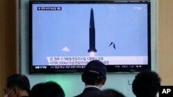 Warga Seoul menyaksikan lewat TV ujicoba misil balistik Korea Selatan, Rabu (3/6).