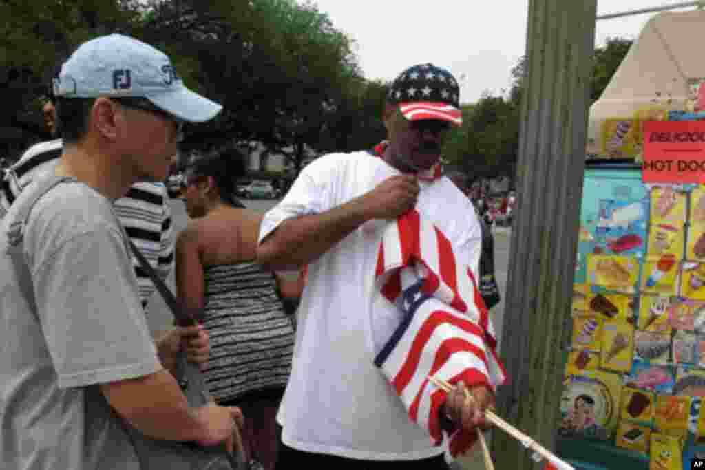 街头卖国旗的小贩
