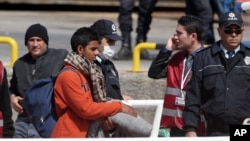 터키 경찰이 4일 그리스 레스보스 섬에서 선박 편으로 이송돼 디킬리 항에 내린 이민자들을 안내하고 있다.