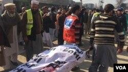 20일 무장 괴한들의 공격이 발생한 파키스탄 바차 칸 대학에서 사망자 시신을 나르고 있다.